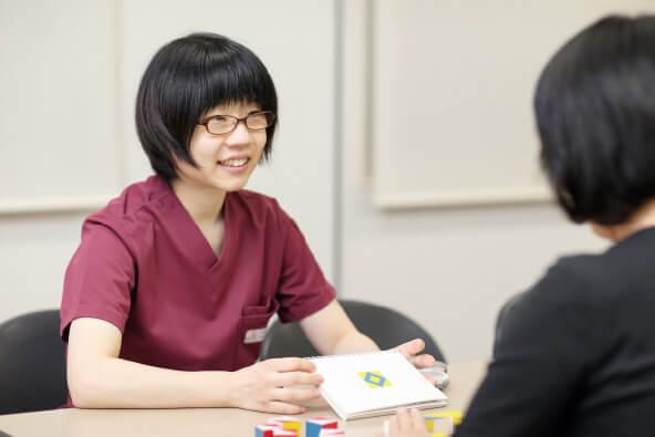 リハビリに特化した病院で、嚥下障がいや高次脳機能障がいを抱える患者様への評価・訓練を行っています。