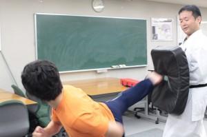 ⑧格闘:嬉しそうな飯塚先生