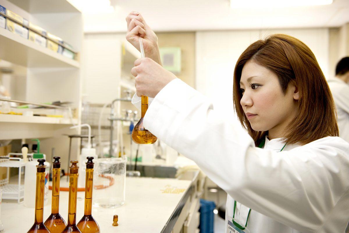 日本薬局方に基づいて原薬の試験を行っています。
